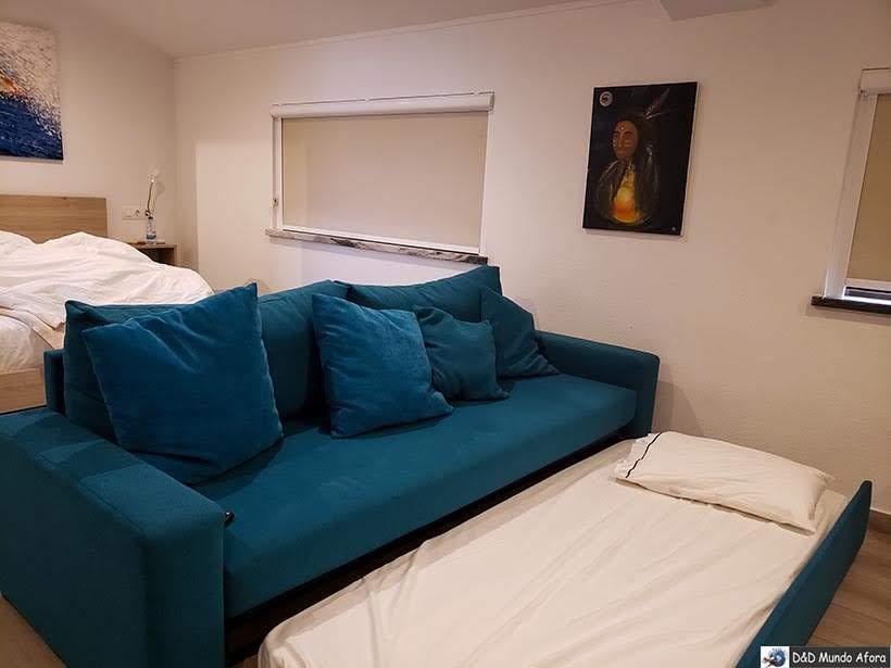 Sofá-cama no estúdio do Hotel Infusion - onde ficar em Óbidos