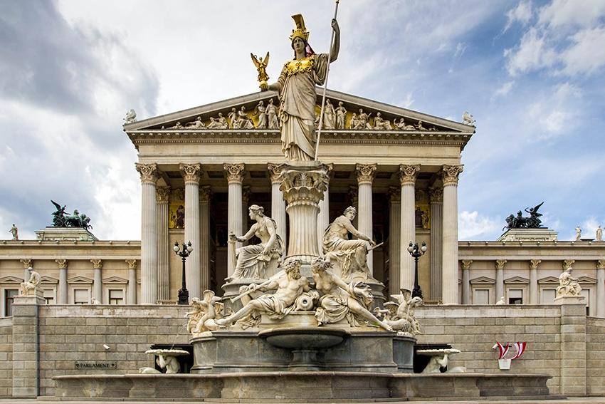 Parlamentsgebäude mit dem Pallas Athene Brunnen