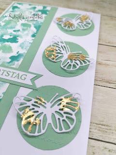 """Farben: Minzmakrone, Grundweiß Stempel: Blumengruß Designerpapier: Schmetterlingsschmuck Werkzeug: Kreisstanzer 1 1/2"""", Deko-Metallblättchen in Gold"""