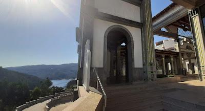 Claustro da Cripta de São Bento da Porta Aberta com vista para o rio Cávado