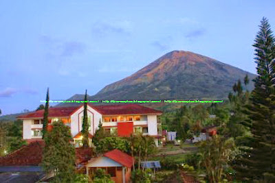 Dieng Kledung Pass Hotel dengan Background Gunung Sindoro