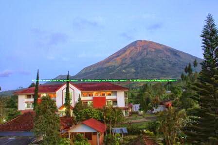 Hotel di Kledung dengan background Gunung Sindoro.