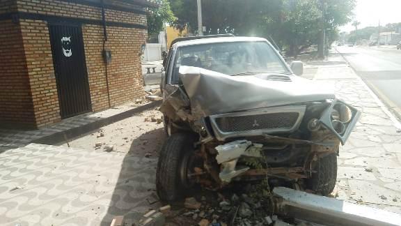 Veículo desgovernado colide contra churrascaria em Parnaíba/PI