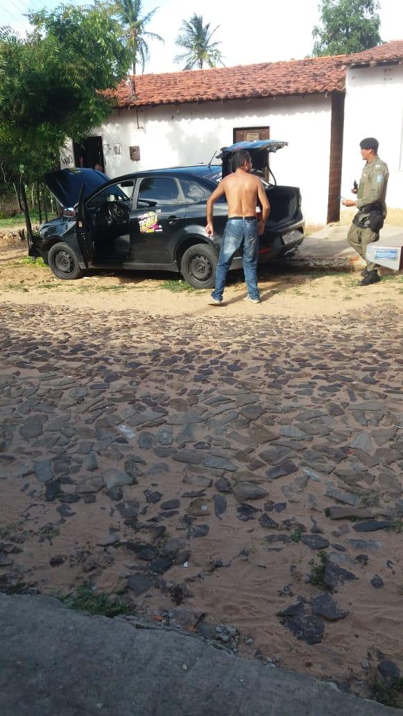 Motorista de aplicativo suspeito de dirigir embrigado colidi com árvore em bairro de Parnaíba