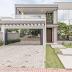Fachada de casa contemporânea com portão da garagem e painel com vidro refletivo!
