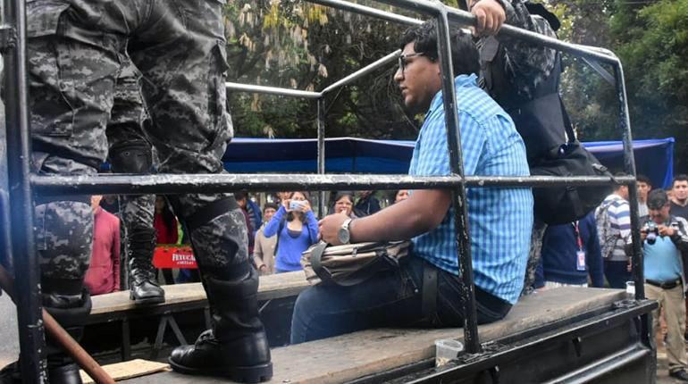 El concejal suplente Diego Siñaniz Guzmán es visto mientras era arrestado por la policía tras agredir a un periodista de Los Tiempos / DANIEL JAMES / LOS TIEMPOS