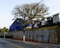 A construção azul é uma das três transportadoras do local