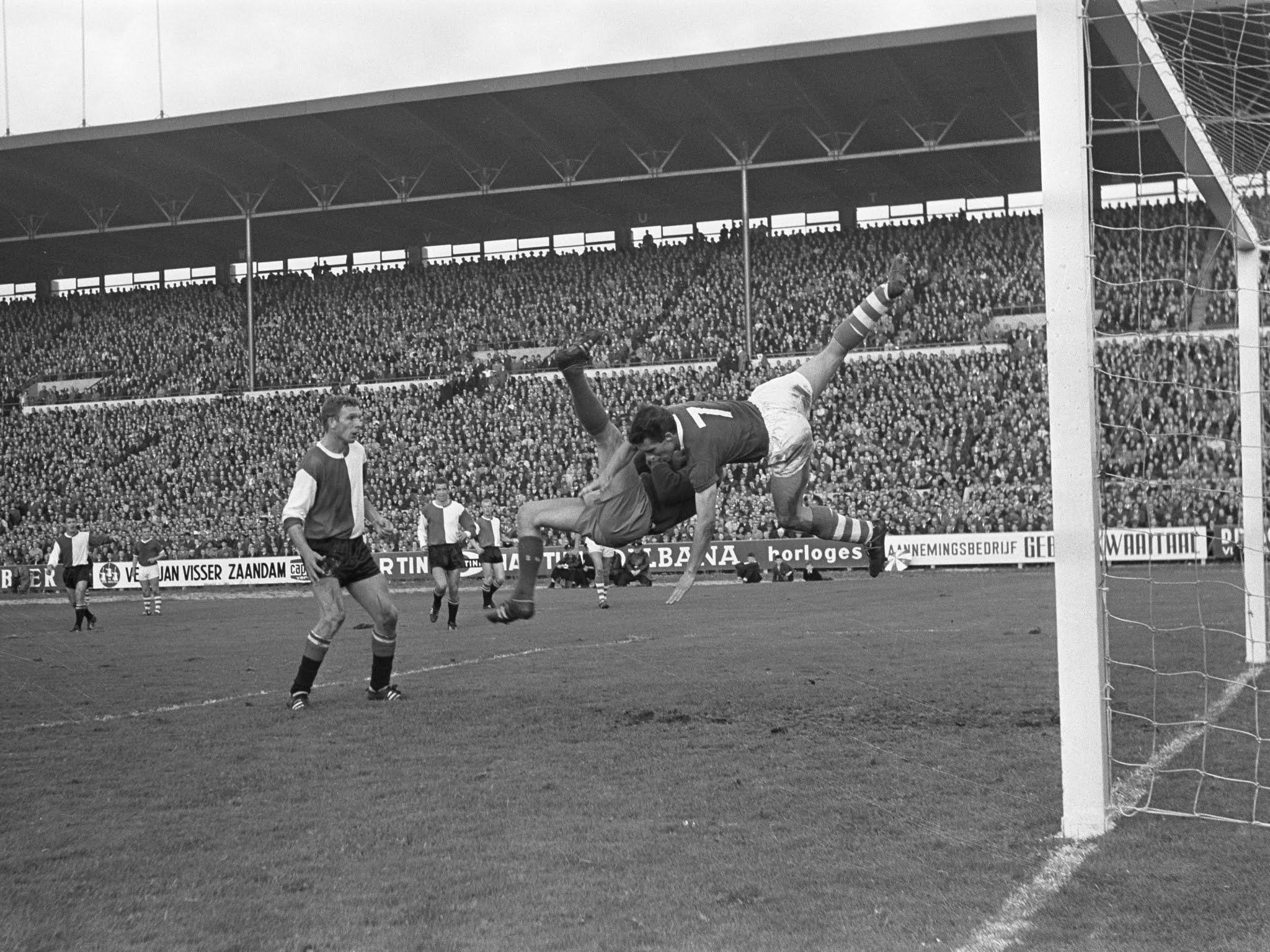 Hans Kraay kijkt toe terwijl doelman Bert Kik een luchtduel uitvecht