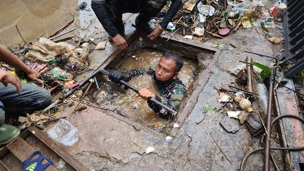 Viral! Aksi Anggota TNI AD di Sumedang yang Rela Menyelam ke Gorong-gorong Demi Bersihkan Sampah, Begini Ceritanya
