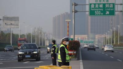 China: transporte público de Wuhan recibe 620 mil pasajeros el primer día de reapertura