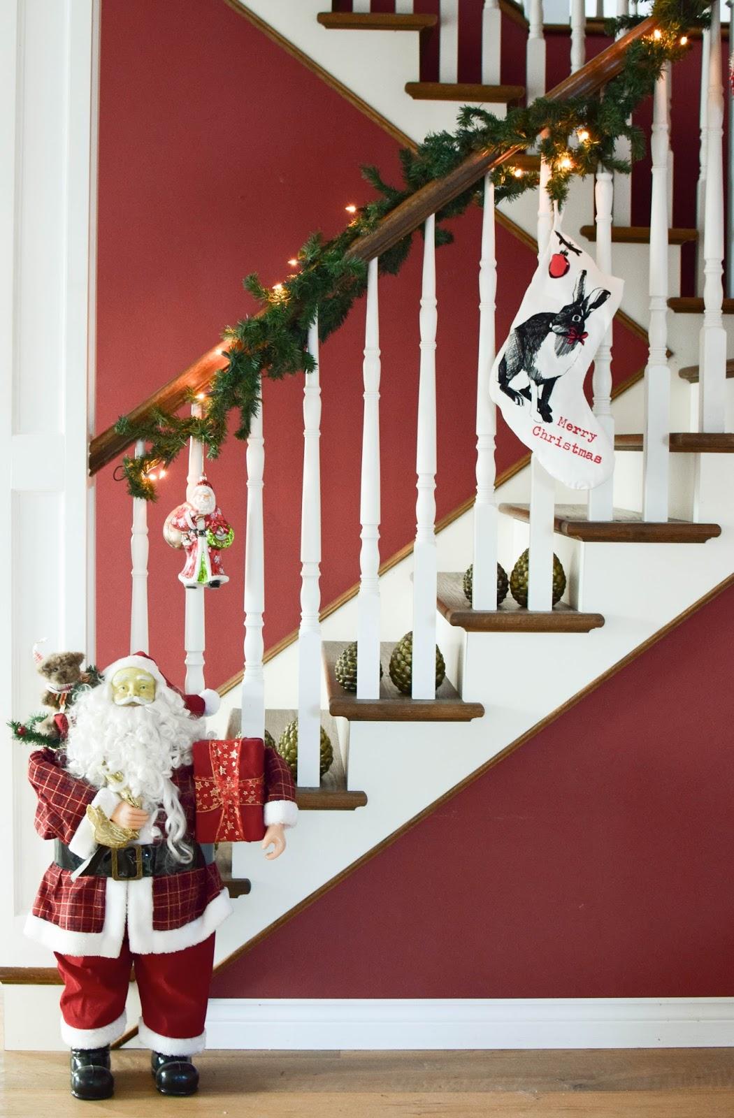 Weihnachtsdeko mit Santa Claus Weihnachtsmann Klassiker Deko Dekoration Dekoidee Weihnachten Treppenhaus christmas hallway