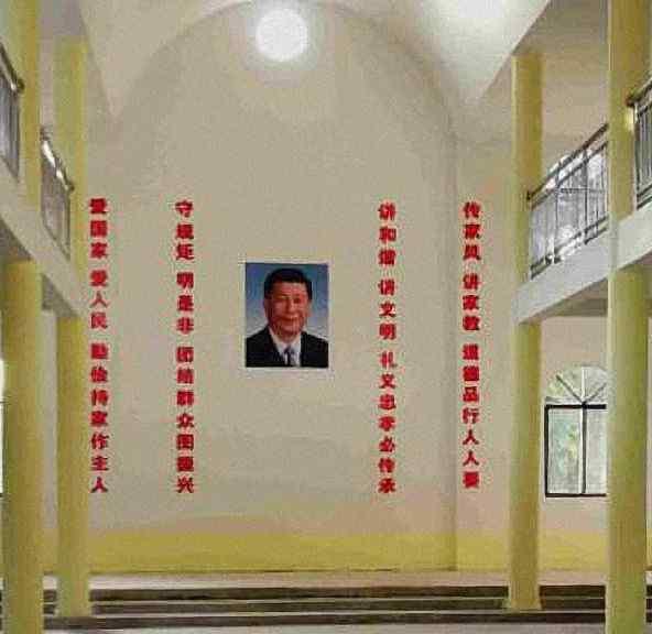 Retrato de Xi Jinping no centro da igreja entre slogans de propaganda