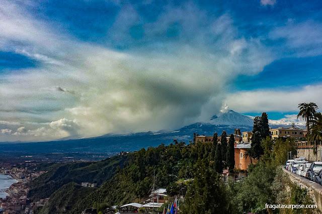 O vulcão Etna visto de Taormina, na Sicília