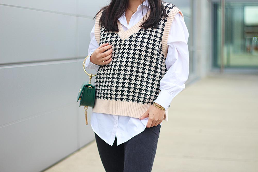 Outfit Details Strickweste mit weißer Bluse
