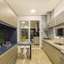 Cozinha pequena e moderna bege e azul com toque clássico de ladrilho!