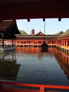 i corridoi del santuario con le palafitte sull'acqua e la pagoda sullo sfondo