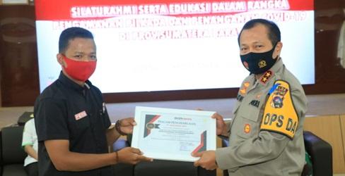 Darlin WM memberikan piagam penghargaan kepada Kapolda Sumbar Irjen Pol Drs. Toni Harmanto, MH