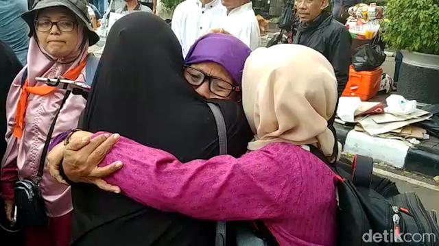 Emak-emak Peserta Aksi di MK: Kau Sia-siakan Perjuangan Hamba ya Allah