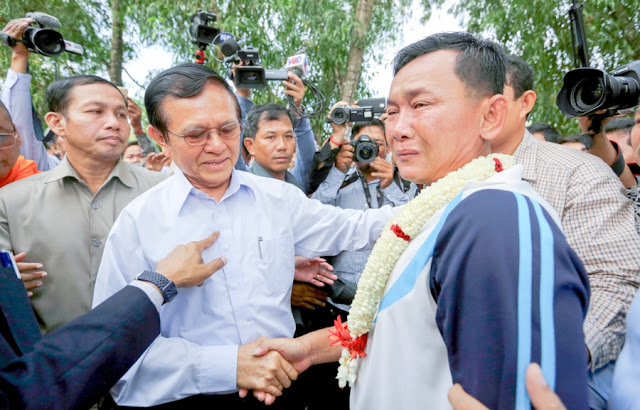 Senior opposition gure Kem Sokha (left) greets commune chief Seang Chet as he was released from prison yesterday. KT/Chor Sokunthea