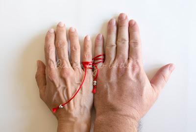 Manos unidas por el hilo rojo del destino