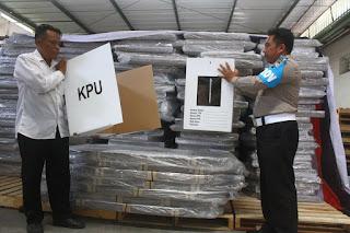 Petugas KPU dan polisi memeriksa logistik Pemilu 2019 yang baru datang di gudang KPU, Malang, Jawa Timur, Kamis (1/11/2018). /Foto/ANTARA