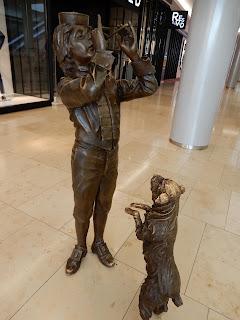 スロバキアのブラチスラバで見つけた銅像(犬と子供)