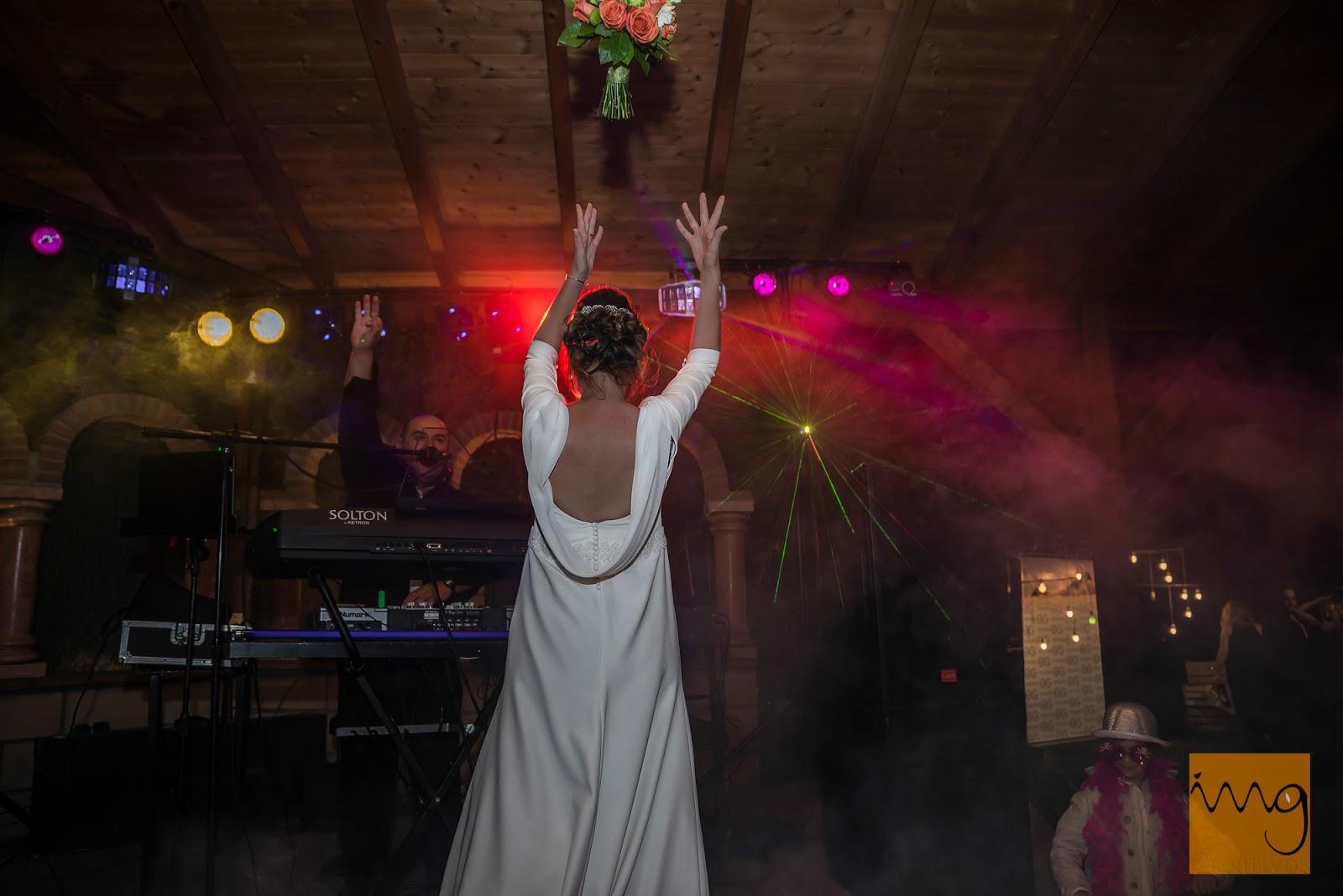 Fotografía del lanzamiento del ramo de novia