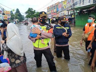 Wujud Negara Hadir, Personel TNI-Polri Dikerahkan Bantu Korban Banjir di Seluruh Titik Wilayah