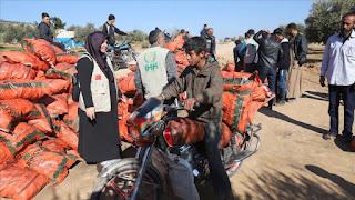 """""""الإغاثة"""" التركية توزع مساعدات على النازحين واليتامى بسوريا(فيديو)"""
