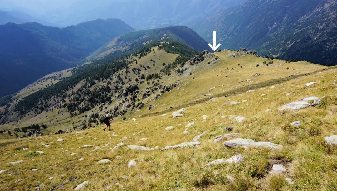 Arrow showing descent route from Capelet Inférieur