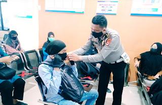 Sambut HUT Lantas dan Tekan Penyebaran Covid-19 Kanit Regident Polres Bone Bagi-bagi Masker