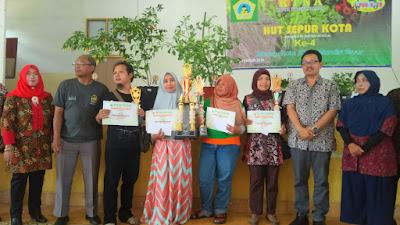 Wakil Walikota Jogja berfoto bersama pemenang lomba Sepur Kota