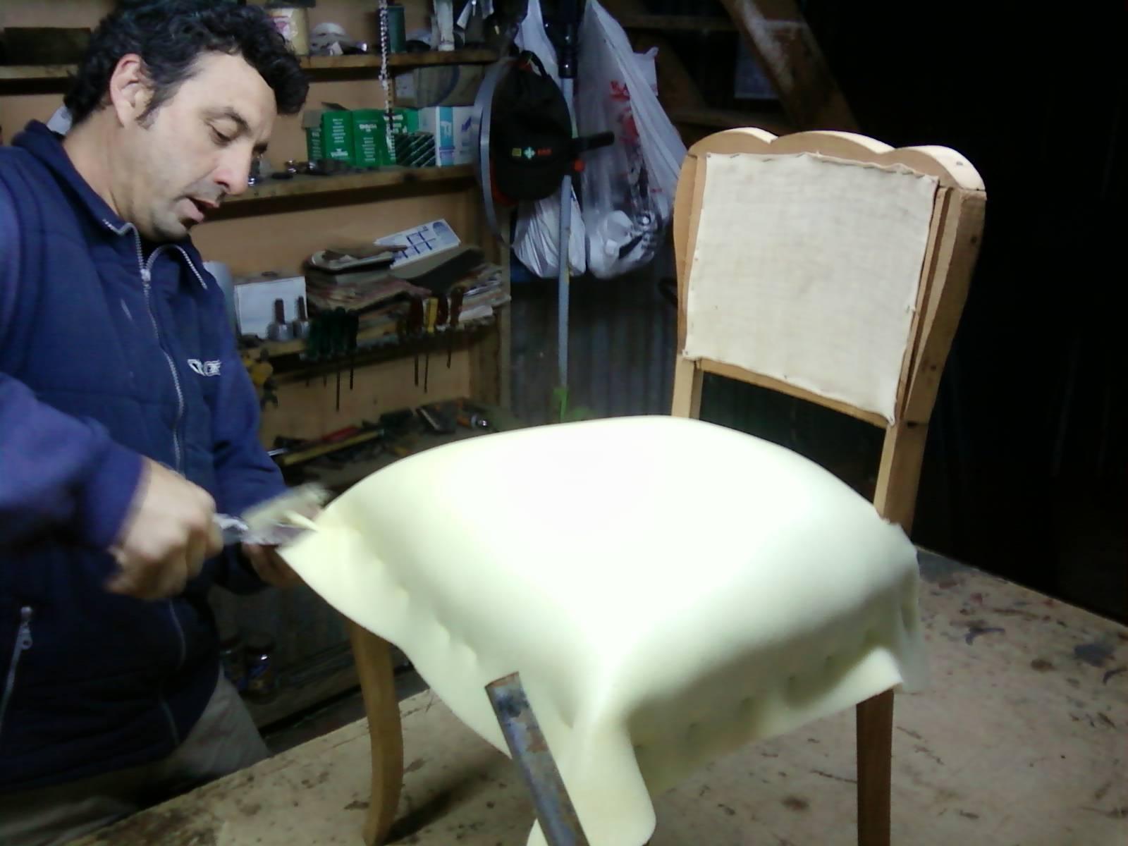 Tapicer a sarmiento trabajando en el taller - Talleres de tapiceria ...
