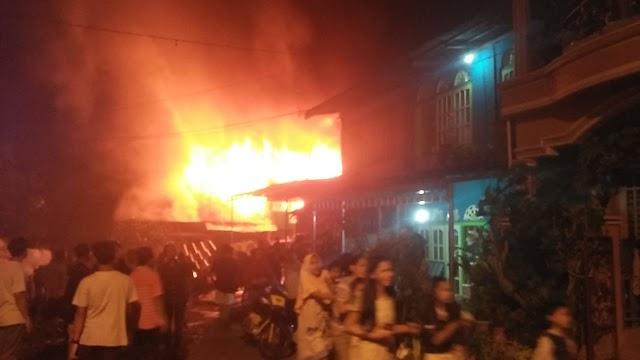 Kebakaran di Pondok Tinggi Malam ini, 4 Rumah Ludes Terbakar