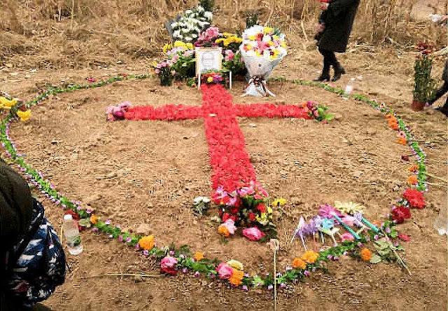 Desafiando a polícia, fiéis fizeram uma Cruz com flores sobre o túmulo de Mons. Fan, 2018.