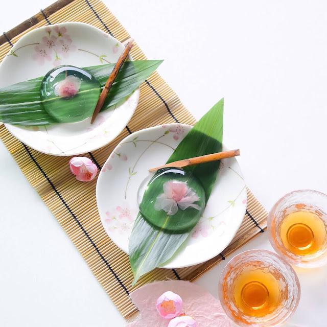 Mizu Shingen Mochi xuất hiện ở Nhật Bản vào mùa hè năm 2013 và nhanh chóng trở thành trào lưu ẩm thực mới không chỉ ở Nhật mà còn ở nhiều nước trên thế giới, nhờ hình dạng như giọt nước với màu trắng trong suốt và tinh khiết. Nguyên liệu chính làm nên món bánh tráng miệng này chủ yếu là từ nước, nhưng không phải nước lọc thông thường mà là nước từ dãy núi Alps, sau khi mang về sẽ được cho thêm vài nguyên phụ liệu khác và đổ vào khuôn để nước đông đặc lại. Bánh có vị ngọt thanh, mát lạnh, mềm mại và thường được ăn kèm với bột đậu nành kinaki và siro đường đen.