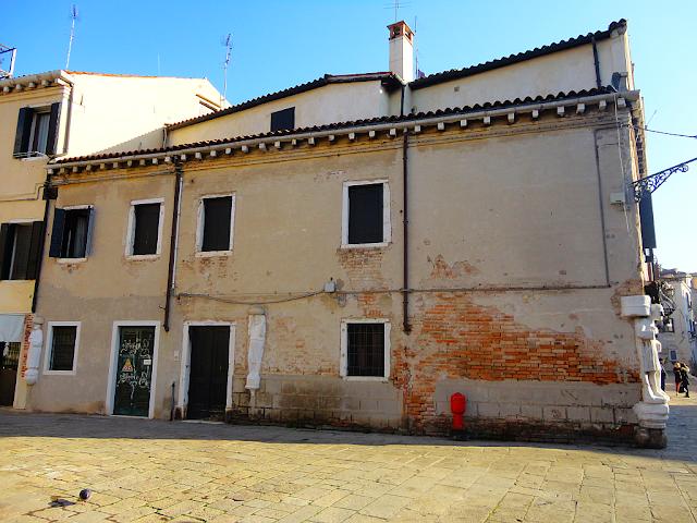 Proč je na fasádě benátského paláce velbloud? zažijte benátky jako místní, benátky průvodce, kam v benátkách, co vidět v benátkách, benátky památky, benátky historie, jak se najíst v benátkách, kde se najíst v benátkách, co ochutnat v benátkách, kam v benátkách na víno, Palazzo Mastelli, casa del Cammello, enátky aperol spritz,