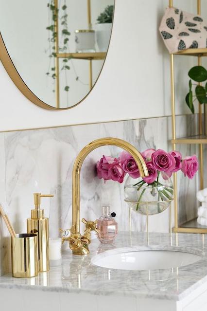 decoração banheiro metais dourados e flores