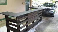 mini bar en casa con palets de madera