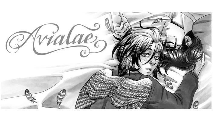 Descrição da imagem: Dois rapazes deitados. Um deles tem cabelo escuro e usa óculos, ele está de olhos fechados. O outro tem cabelo e olhos claros e tem um par de asas. Lê-se Avialae em letras desenhadas de maneira intrincada.