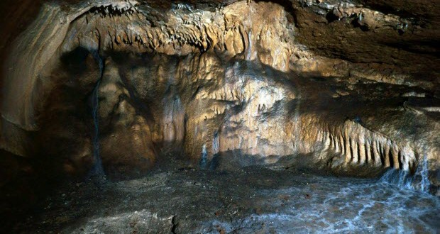 Затворник е живял 17 години в пещера в Китай докато го хванат