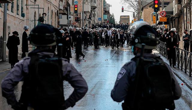 Penganut Yahudi Bertempur dengan Polis