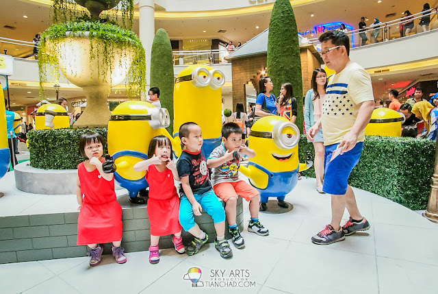 Kids preparing pose for a photo with the minions