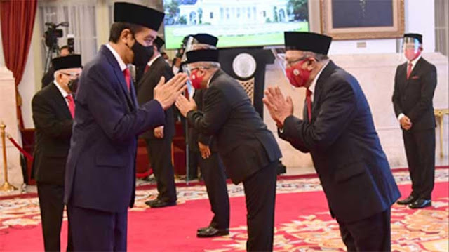 Jokowi Lantik Mantan Timses dan Eks Dirut MetroTV Jadi Dubes