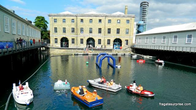 Barquinhos para crianças em um dique dos Estaleiros Históricos de Portsmouth