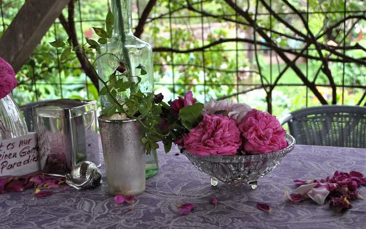 Rosendeko auf dem Gartentisch