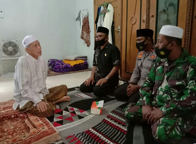 3 Pilar Kecamatan Samatiga Jenguk Tokoh Agama Yang Sedang Sakit