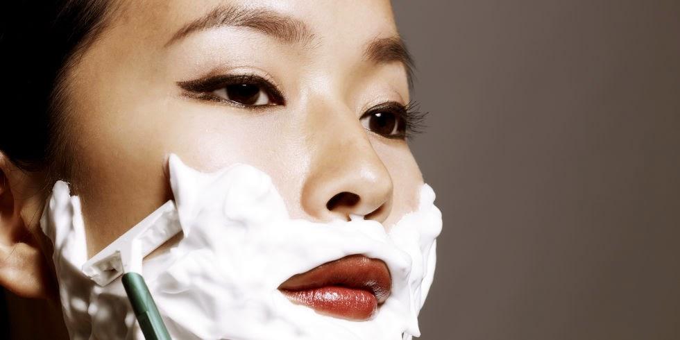 Femme se rasant le visage - Article Dermaplaning Les Mousquetettes