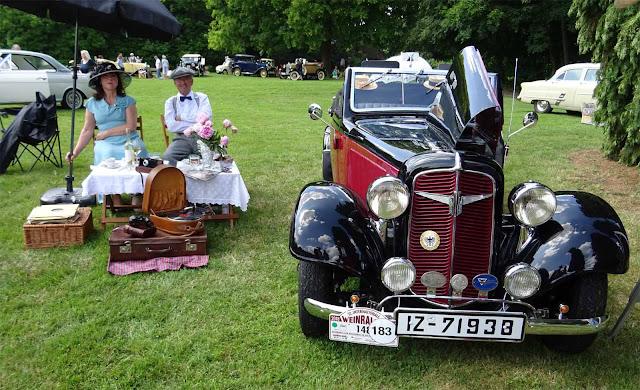 Picknick und Grammophon. Das Gewinnerauto Adler Trumpf Junior auf dem Fashion Award auf Schloss Merode
