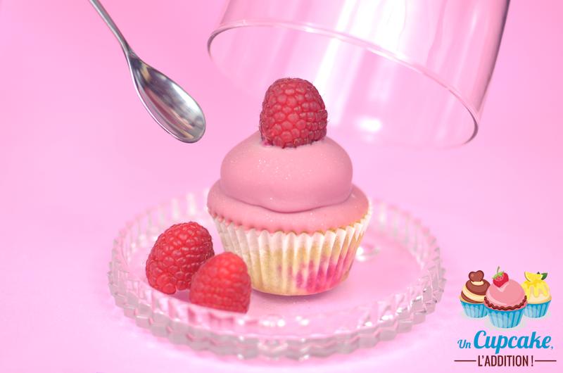 Cupcakes Framboises & Chocolat Ruby : le délicieux mariage de la framboise aux surprenantes nuances fruitées et acidulées du chocolat ruby.